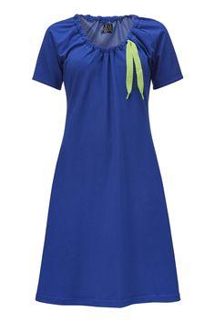 Lynn kjolen er endnu en Weiz Copenhagen klassiker. Denne udgave er lavet i blå jersey med denim look og et pang neon grønt bånd.