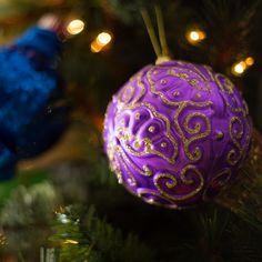 La colección Gem, además de colores vibrantes cuenta con grabados y texturas únicos. Compra ahora, haciendo clic en la imagen. Home Depot, Ideas Para, Christmas Bulbs, Mexico, Purple, Holiday Decor, Diy, Vibrant Colors, Holidays