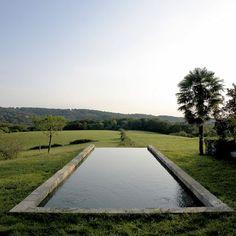 Marie Claire.  Une petite piscine à débordement conçu par le paysagiste François Navarro.