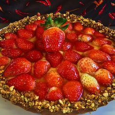 Torta de morangos  com pistache!! Strawberries and pistachios pie!! #morangos #pistache #strawberry #pistachio #food #comida #foodporn #dessert #sobremesa #parisserie #baking #bakinglife #pie #torta #doce #doces #tarte #fraise #gastronomy #cuisine #homemade #caseiro