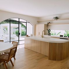 Showroom Interior Design, Interior Design Kitchen, Küchen Design, House Design, Modern Tropical House, Open Plan Kitchen Living Room, Kitchen Benches, Cuisines Design, Home Kitchens