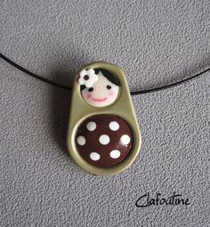 Un petit pendentif original: une poupée russe marron et petits pois blancs / matriochkas