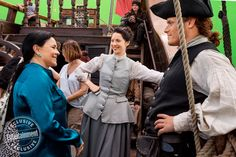 New BTS photo from the set of Outlander_Starz, in the Entertainment Weekly magazine - of Sam Heughan as Jamie Fraser and Caitriona Balfe as Claire Randall Fraser with Author Diana Gabaldon - November 2017 Outlander Season 3, Outlander 3, Outlander Casting, Sam Heughan Outlander, Gabaldon Outlander, Claire Fraser, Jamie Fraser, Starz App, Popular Book Series