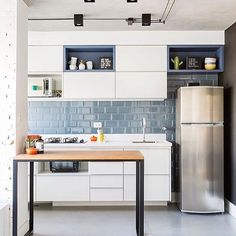 Não consigo decidir o que eu gostei mais nesse projeto by @casa2arquitetos se foi a iluminação com fios aparentes, o revestimento liverpool azul na parede ou essa mesa linda em metal + madeira, e ai, oq vcs acharam mais lindo? #ahlaemcasa #cozinhaintegrada