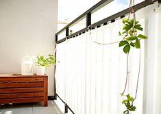 """Ob Sonne, Wind oder fremde Blicke – der Balkon-Sichtschutz """"Dyning"""" hält sie alle fern. Zugleich verleiht das wasserfeste Polyestergewebe dem Balkon mit..."""
