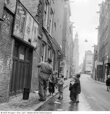 Affiches ophangen in Middelburg