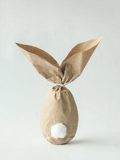 Auf die Eier, fertig, los! In diese süße Hasen-Osterverpackung könnt ihr neben Eiern auch eure Geschenke zu Osterrn hüllen. Für eine Hasen-Tüte benötigt ihr Packpapier, Schnur und ein kleines Stück Watte. In Eierform wird das Geschenk in dem Packpapier verpackt und oberhalb mit einer Schleife zugeschnürt. Das überstehende Packpapier mit einer Schere in Bogenform beziehungsweise Hasenohrenform einschneiden.