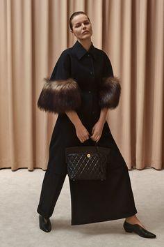 Burberry Resort 2020 Fashion Show - Vogue Women's Summer Fashion, Fashion 2020, Fashion News, Style Fashion, Vogue Paris, Iranian Women Fashion, Womens Fashion, Mode Chic, Burberry Women