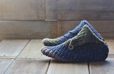 直線の1目ゴム編みだけでできる、北欧風のルームシューズはいかが? おでかけ先でちょこちょこ編めるモバ編みにもぴったりです。毛糸が余ったときの小さな編み物にも。