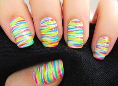 esmalte colorido nas unhas