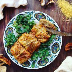 Dzisiejsze gołąbki to kasza jaglana i pieczarki otulone w liściach włoskiej kapusty i wykąpane w aromatycznym sosie pomidorowym.