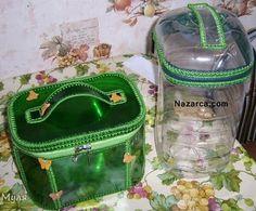 Plastik Damacana İle Tığ İşi Saklama KabıÖrme nasıl olur Resimli açıklamalı olarak görüyoruz. Hem evdeki boş şişeleri değerlendirmek için hem içine oyuncakları, legoları,el işi yünlerinizi malzemelerinizi aklınıza gelen her şeyi depolamak için kullanabilirsiniz. Resimde gördüğünüz Yeşil çanta yine Plastik şişelerden kesilen parçaları örgüler ile şekillendirmişler ve çanta örmüşler. Plastik Şişeden Neler Yapılır Hobi bölümümüzde hepsini resimli açıklamalı olarak görebilirsiniz. Resimlerde…
