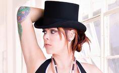 """Beth Hart - neues Album """"Bang Bang Boom Boom"""" - 'Baddest Blues', der erste Song auf Beth Harts neuem Album """"Bang Bang Boom Boom"""", steht stellvertretend für vieles, was die 40-jährige Kalifornierin ausmacht: Er beginnt mit einem einfühlsamen Piano-Intro, ehe ihre Stimme ertönt - diese Stimme: einfühlsam wie kraftvoll, ausdrucksstark, voller gelebtem Leben. Dann setzt die Band ein, Streicher flirren im Hintergrund, ehe es wieder ruhiger wird - die singende Songschmiedin demonstriert mit…"""