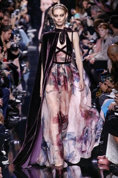See the complete Elie Saab Fall 2017 Ready-to-Wear collection. See the complete Elie Saab Fall 2017 Ready-to-Wear collection. Moda Fashion, Fashion 2017, Runway Fashion, High Fashion, Fashion Show, Fashion Design, Paris Fashion, Fashion Guide, Style Fashion