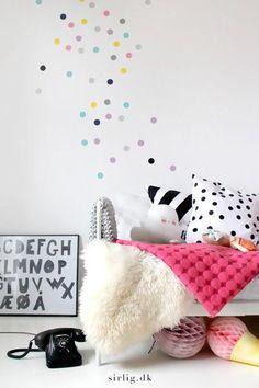 Lustige Punkte, Polka Dots, sind die neue Wanddekoration im Kinderzimmer. Entweder flächendeckend als Tapete aufbringen oder vereinzelt ganz unregelmäßig nur ein paar Punkte auf der Wand verteilen.…