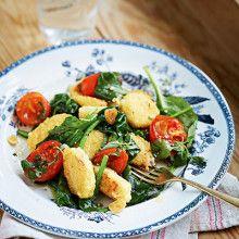 Stekt <strong>sojagnocchi</strong> med rostade tomater och spenat