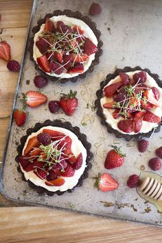 Red Berries & Microgreens Tartlets | Migalha Doce