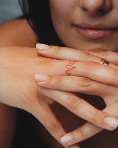 Middle Finger Tattoos, Finger Tattoo For Women, Small Finger Tattoos, Tiny Tattoos For Girls, Cute Tiny Tattoos, Finger Tattoo Designs, Cool Small Tattoos, Tattoos For Women Small, Finger Tats