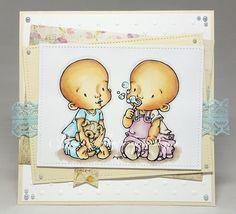 Hud: E04-11-21-00-000-RV34-R21-R20 Kläder på barnet till vänster: B01-00-000-0000 Kläder på barnet till höger: V12-RV02-V01-V91-E42-40 Nalle: E44-42-40 Marken: E71-70 Skugga: C3-1