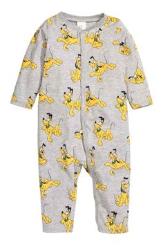 Piżama z nadrukiem: Piżama z bawełnianego dżerseju z nadrukiem. Zatrzaski z przodu i wzdłuż jednej nogawki.