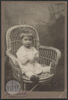 Dziecko w wiklinowym fotelu; Zakład fotograficzny Józefa Bryniarskiego; Polska - Brzesko; 1905-1910; utwór w domenie publicznej.