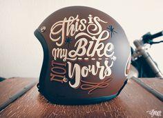 """Casque peint à la main, qui annonce la couleur dans tous les sens du terme """"c'est ma moto, pas la tienne !"""""""