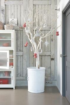 こちらは、白く塗った木に大きめのオーナメントを少なめに取り付けたツリーです。一見変わっていますが、品のあるおしゃれなインテリアになりますね。