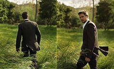 Ein Mann im Anzug durchquert tagsüber ein Feld, inmitten im Nirgendwo. Während er sucht, dreht er sich dauernd um.