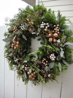 adventskranz bilder weihnachtsdeko Tips For Decorating With a Floral Pattern It can be a little inti Christmas Door Wreaths, Christmas Flowers, Natural Christmas, Noel Christmas, Outdoor Christmas, Holiday Wreaths, Christmas Crafts, Holiday Decor, Modern Christmas