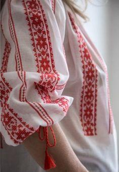 Romanian Traditional Blouse for Women Embroidery On Kurtis, Kurti Embroidery Design, Embroidery Dress, Embroidered Blouse, Blouse Ethnique, Blouse Originale, Folk Fashion, Unique Dresses, Travel Essentials