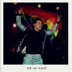OMG ON 29/10 IS MY BDAY HE HOLD THE LGBT FLAG ON MY BDAY BEST PRESENT EVER