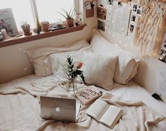 Window shelf as a headboard Pretty Room, Cozy Room, Cozy Living, My New Room, House Rooms, Dream Bedroom, Apartment Living, Decoration, Room Inspiration