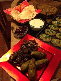 Comida árabe. Hojas de parra y kipe crudo de filete de res