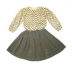 Color tendencia verde hoja.  Nos encanta este color tan original, sobrio y elegante.     Camisa con print de CdeC y falda de vuelto de Bonton