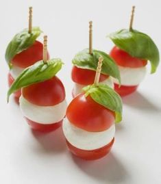 Canapes: tomato mozarella cheese and fresh basil or could replace mozzarella with boccocini cheese Wedding Canapes, Party Canapes, Snacks Für Party, Canapes Ideas, Wedding Appetizers, Food Buffet, Appetisers, Food Presentation, High Tea