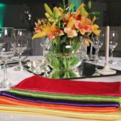 C O L O R E S & F L O R E S  Tenemos muchas alternativas para ambientar todo tipo de celebración, como estos caminos de mesa multicolor! Contáctanos y cotiza con nosotros, coordinemos una cita para que conozcas nuestro centro de eventos degustes nuestros platos y te maravilles con nuestros amplios salones y verdes jardines.  www.cbeventos.cl
