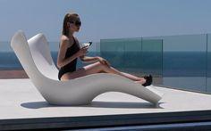 Vondom Surf Tumbona Designerliege vom Designer Karim Rashid passt sich der Körperform an. Sehr schmückend und zudem praktisch