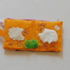 """Knížka pro nejmenší - didaktická hračka Textilní hmatová knížka pro kojence je šita tak, aby miminka mohla knížku zkoumat nejen zrakem a hmatem, ale také ji ,,ochutnávat"""". Malé děti dávají vše do pusinky, takže na této knížce je vše pečlivě přišito, aby knížka byla bezpečná (nejsou tu všité žádné malé části, ani knoflíky či patenty). Knížka je malá ..."""