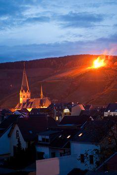 Martinsfeuer in den Ahrweiler Weinbergen http://reisegezwitscher.de/reisetipps-footer/2165-martinsfeuer ©Ahrtal-Tourismus Bad Neuenahr-Ahrweiler e.V.  #martinsfeuer #weihnachten #weinberge