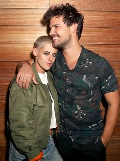 TWILIGHT ZONE Bella and Jacob, together again! Kristen Stewart cuddles up to her former Twilight costar, Taylor Lautner, at the Moschino afterparty on Thursday in L. Die Twilight Saga, Twilight Jacob, Twilight Stars, Twilight Cast, Twilight Series, Taylor Lautner, Bella Y Edward, Jacob And Bella, Nikki Reed