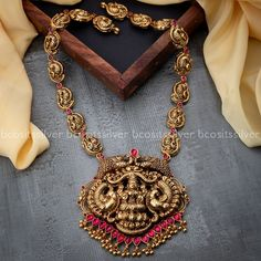 Indian Gold Necklace Designs, Antique Jewellery Designs, Gold Earrings Designs, Gold Jewellery Design, Antique Jewelry, Unique Earrings, Gold Temple Jewellery, Gold Wedding Jewelry, Gold Jewelry