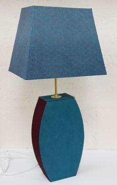 ou une lampe en carton et son abat-jour coordonné.  Réalisés par Yannick.