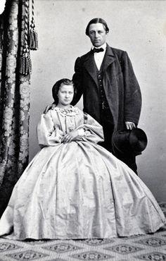 Dubbelporträtt. Man och kvinna i ateljé. Herr och fru Mellgren, f. Collin. 1860-tal.
