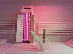 Strahler mit Tiefenwärme und Rotlicht für die Sauna und Infrarotkabine. Eine Sauna läßt sich mit einem Infrarotstrahler sehr einfach in eine Kombisauna umbauen. Die Filterscheibe macht aus dem Infrarotstrahler einen spritzwassergeschützten IPX4 Rotlichtstrahler für die Infrarotkabine und Sauna. Infos auf www.gurtner-wellness.at Diy Sauna, Fitbit Flex, Wellness, Infrared Heater, Red Lights, Carpentry, Simple