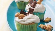 S''mores Cupcakes Enjoy s''more fun with cupcakes packed with the goodies--graham crackers chocolate candy and marshmallow creme. Smores Cupcake Recipe, Cupcake Recipes, Dessert Recipes, Cupcake Ideas, Yummy Recipes, Summer Cupcakes, More Cupcakes, Bear Cupcakes, Recipes