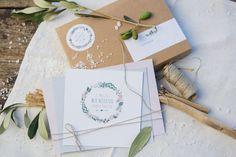 Hochzeitseinladung, wedding invitation, Hochzeit auf Mallorca, Olivenzweige, Kraftpapier, Blumenkranz, altrosa blau oliv, creme (Foto: Julia Schick)