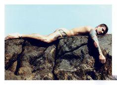 """一年一度的《巴西制造》(Made in Brazil)是不是你最期待的一本杂志呢?在这个北半球最寒冷的冬日,南半球热情四射的夏日阳光给你带来一丝温暖,更别提还有赤裸的男模供你欣赏。2012年的《Made in Brazil》在近日隆重诞生,这已经是这本全球最著名的男色""""基情""""时尚杂志的第六个年头了。每一期里的迷人巴西海滩搭配帅气逼人的热辣全裸男模,总能让你热血沸腾。今年的《Made in Brazil》最特别的地方要算是""""维多利亚天使""""亚历山大·安布罗休的加盟,这位最顶级的超模与众男模赤裸巴西海滩,大玩湿身诱惑,这是自创刊以来第一位女性超模加入,亚历山大火辣的曲线让这本全球最性感的杂志持续升温,你还能Hold住吗?"""