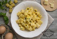 La pasta cacio e uova è un primo piatto tipico della cucina campana. Per molti versi simile alla Carbonara, è una ricetta semplice, veloce ma molto gustosa.