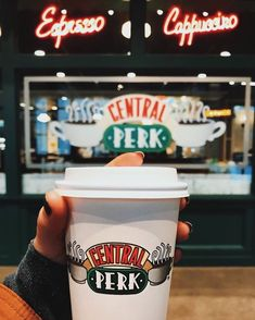Any lucky Friends fans who live in NYC can stop by the fully functioning pop-up Central Perk coffee shop at 199 Lafayette Street at the corner of Broome Street in Manhattan's SoHo neighborhood. Friends Tv Show, Tv: Friends, Serie Friends, Friends Moments, Friends Cafe, Best Tv Shows, Best Shows Ever, Favorite Tv Shows, Favorite Things