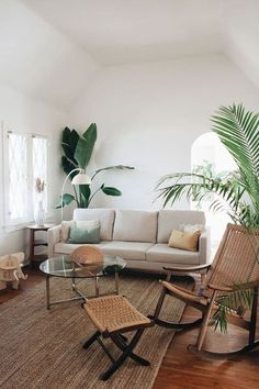 En este artículo te traemos algunas ideas muy originales para decorar tu salón con plantas y darle ese toque de vida que le hace falta.